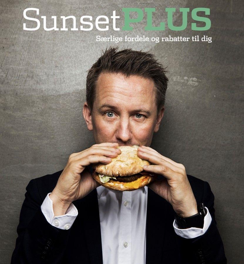 sunset plus mand spiser burger
